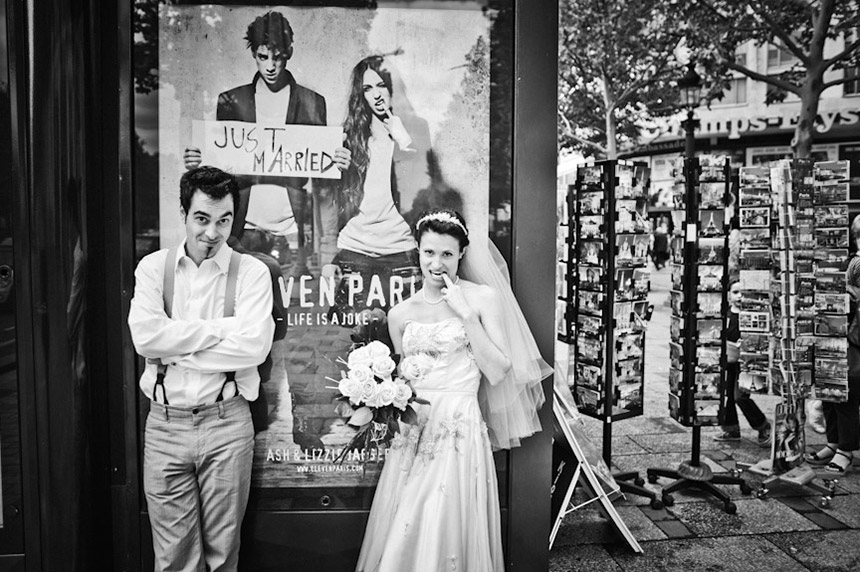 Trash the dress devant un kiosque à journaux dans Paris